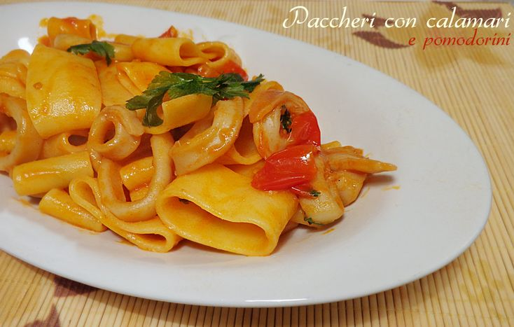 I paccheri con calamari e pomodorini sono un primo a base di pesce semplice da preparare ma di sicuro effetto. Ricetta calamarata facile, veloce e gustosa.