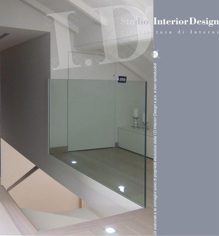 Scala moderna con parapetto in vetro, villa nel milanese www.studiointeriordesign.it