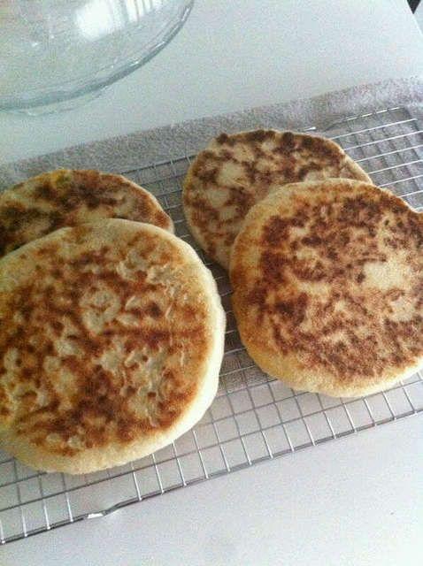 Ingrediënten: 3 soepkommen bloem 1 soepkom smida (fijne griesmeel) 1 eetlepel gedroogde gist theelepeltje suiker zout lauwwarm water  Bereidingswijze : Doe een klein beetje lauwwarm wa…