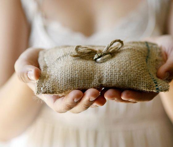 Almofada com saco de estopa para um casamento rústico, de preferência no campo.