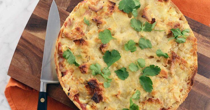 Sandra Mastios godaste tacopaj görs med hemgjord tacokrydda, nachochips, nötfärs, svarta bönor och crème fraiche. Perfekt helgmiddag som hela familjen gillar!