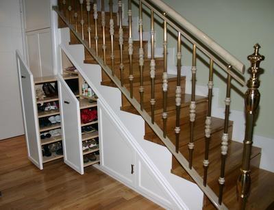 Armario bajo la escalera, módulo zapatero para aprovechar cada rincón de la casa.