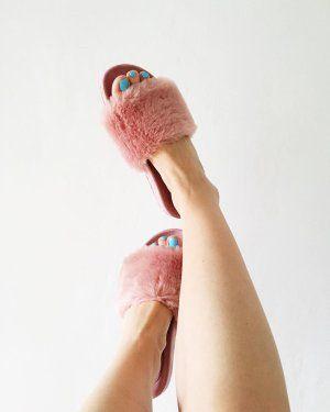 Я вернулась! Сейчас буду всем отвечать и писать, вчера был сумасшедший день 🙈И что с погодой??? 😭WTF?! Я купила этих малышек в надежде выгуливать уже в ближайшее время, а тут снег рисуется на айфоне 😅😩#dune #dune_london #dunelondon #slippers #pink #fashion #fashionable #fluffer #fluffers