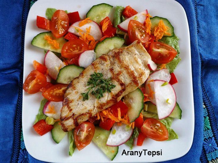 AranyTepsi: Fokhagymás tejben pácolt grillezett csirkemell friss salátával