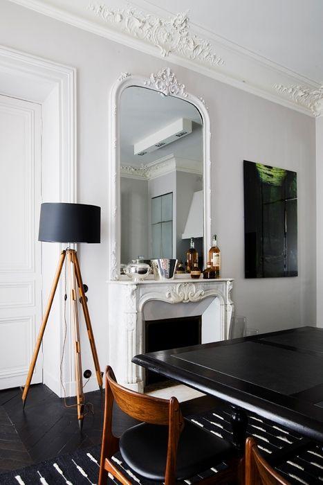 Per la sala da pranzo, una lampada vintage, tavolo in rovere e ardesia disegnato dallo studio Double G e sedie danesi degli Anni 60