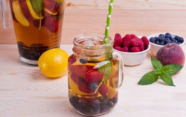 Холодный чай с фруктами и ягодами