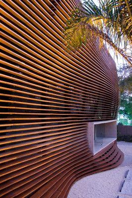 Vorhangfassade aus geschwungenen horizontalen Zedernholzplanken an der Werbeagentur Loducca in São Paulo