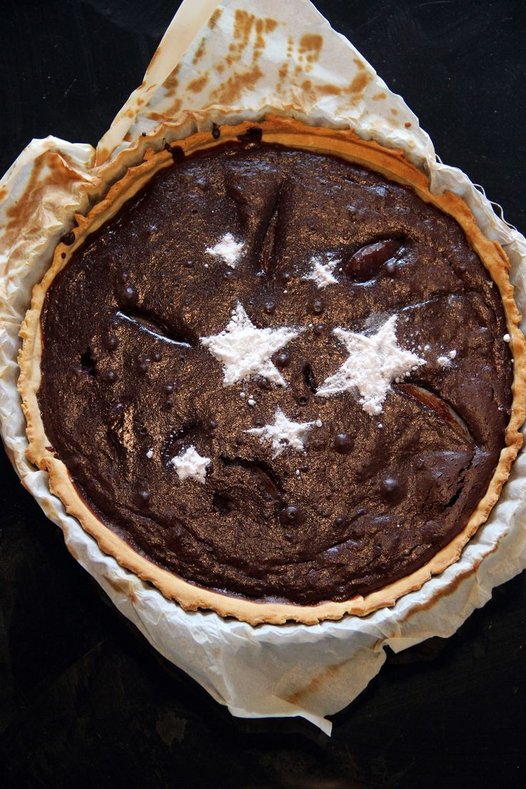 TARTE ULTRA-SIMPLE AU CHOCOLAT ET POIRE  La tarte auchocolatfait partie de mes 10 pâtisseries incontournables, celles pourlesquellesje craquesystématiquementmême en périoderégime, celles pourlesquellesje melèveraisun dimanche matin encore bourrée pour aller acheter lesingrédientsavant que le petit casino ferme (fermer à midi le dimanche, on n'a pas idée). Bref, j'adore j'adore j'adore, et ce que j'adore encore plus est le fait que c'est un…