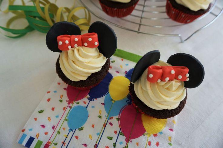 Minnie Mouse Schoko-Cupcakes mit samtiger Vanillecreme