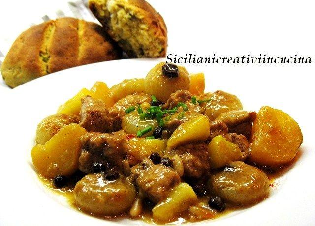 Spezzatino speziato di maiale con cipolline, mele e patate