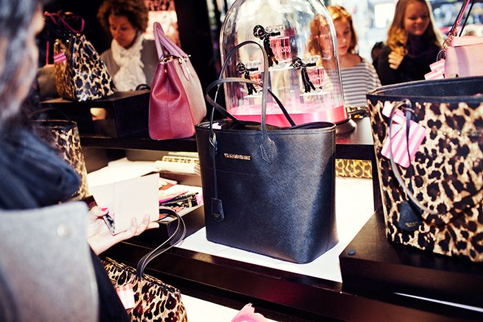 Väskor från nya Victoria´s secrets-butiken i Stockholm.