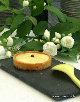 Comme promis voilà la tarte au citron la plus simple et la plus rapide qui soit, pas trop riche et très parfumée. C'est la recette du livre de Roger Vergé Ma Cuisine du soleil paru chez Rober…