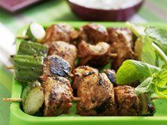 Ingrédients pour Brochettes de poulet à l'aigre douce   400 g de blancs de poulet10 cl de sauce soja3 cuil. à soupe de miel2 gousses d'ail1 pincée de piment de Cayenne1 cuil. à soupe de graines de sésame5 feuilles de menthe  Préparation pour Brochettes de poulet à l'aigre douce   Laver et ciseler les feuilles de menthe.