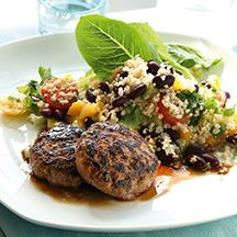 Goda färsbiffar med vitlök, ajvar och koriander, serveras med en färgglad och smakfull couscoussallad!