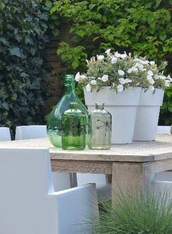 ♥ Garden table details! Love the green vases and white chairs.
