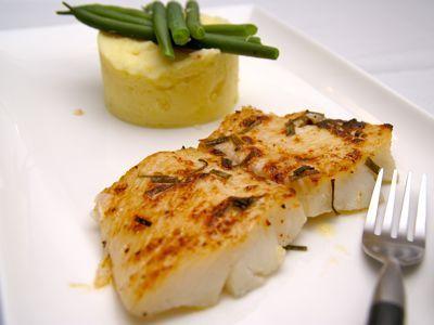Door de heilbot in de oven te garen heb je vrij weinig omkijken naar de vis. De smaak van de heilbot komt in dit recept prachtig tot zijn recht. De ingrediënten zijn lekker puur zodat je niets mist van de smaak van deze heerlijke vis. We serveren de heilbot uit de oven met sperziebonen en aardappelpuree.Heilbot is overigens een platvis net zoals tong en schol. Bestel bij de vishandelaar alstublieft niet 1 heilbot, want anders ligt er een vis van wel 150 kg op je te wachten. Een volwassen…