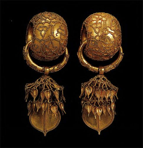 Silla, 6th century  From the tombs of Silla period, the internationally unprecedented number of gold earrings was excavated.These earrings w...
