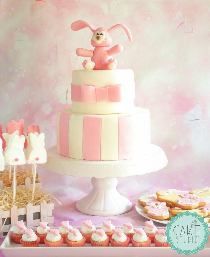 torta con coniglio, marshmallow su stecco a forma di coniglio, mini cupcake con piedini, e biscotti