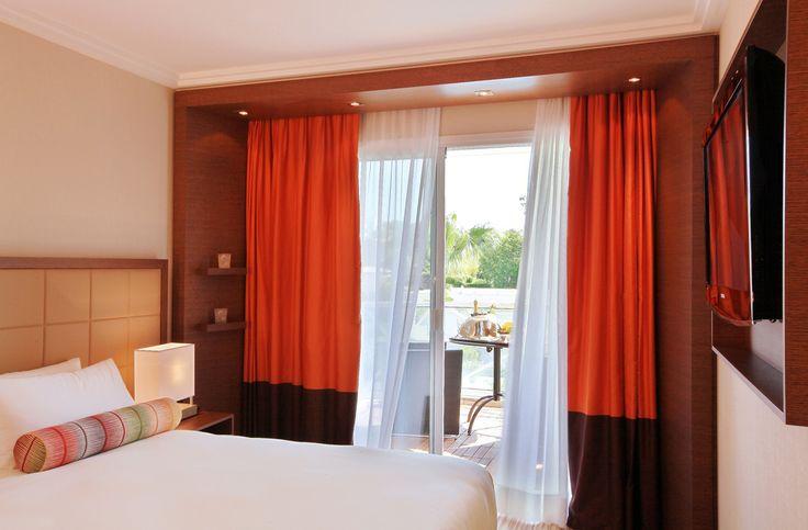 Hotel renovado en Juan les Pins, cerca del famoso Gould Pine Grove, conocido por sus conciertos de jazz durante el verano, y a tan solo 200 metros de hermosas playas de arena. Una gran piscina al aire libre laguna azul: un oasis rodeado de palmeras, una piscina cubierta, y la playa privada Les Ambassadeurs. Prepara tu escapada: http://www.espanol.marriott.com/hotels/travel/jlpar-ac-hotel-ambassadeur-antibes-juan-les-pins/