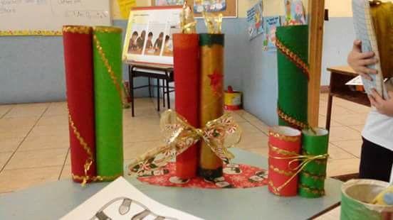 Imitación de candelas navideñas con tubos de papel toalla.