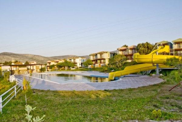 Çeşme, Ildır'da bulunan Akay Garden Resort, Çeşme merkeze 25 km, İzmir'e 85 km, İzmir Havalimanı'na 95 km, Ilıca/Alaçatı'ya 12 km uzaklıktadır.  Otel denize 80m., plaja 100m. mesafededir.