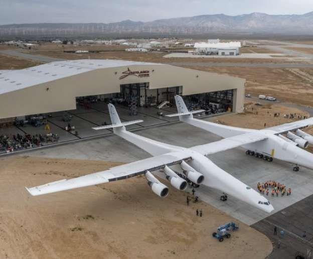 Por primera vez, el avión de Stratolaunch salió del hangar del desierto de Mojave para hacer pruebas... - Stratolaunch Systems Corp