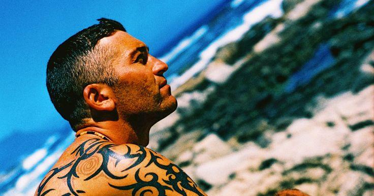 Ideias para tatuagens masculinas no quadril. Há inúmeras partes do corpo onde homens podem fazer uma tatuagem, e as mais comuns são nas áreas dos braços e costas. Mas, para dar um toque mais criativo no lugar da tatuagem, a área do quadril é um bom lugar para fazer a arte corporal. Além de ser mais privada e permitir que você oculte a tinta, se necessário, a maneira que os quadris são ...