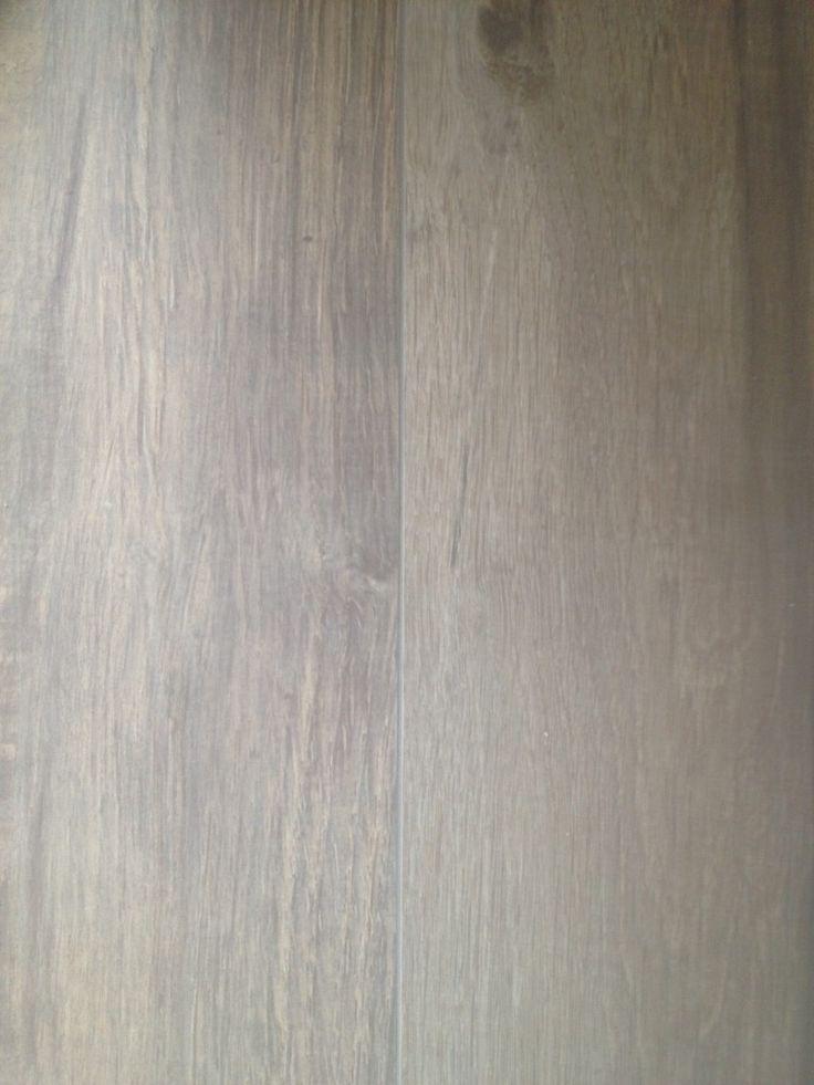 Voor een klant in Vijfhuizen hebben wij deze schitterende en uniekevloertegels, keramisch parket 180 cm. mogen leveren en plaatsen. Mede door zijn lange lengte en de enorme verscheidenheid inhet keramisch parket, krijg jebij deze vloer de ultieme hout beleving. Onze excuus voor de mindere foto kwaliteit. Meer informatie? Wilt u weten wat wij voor u …