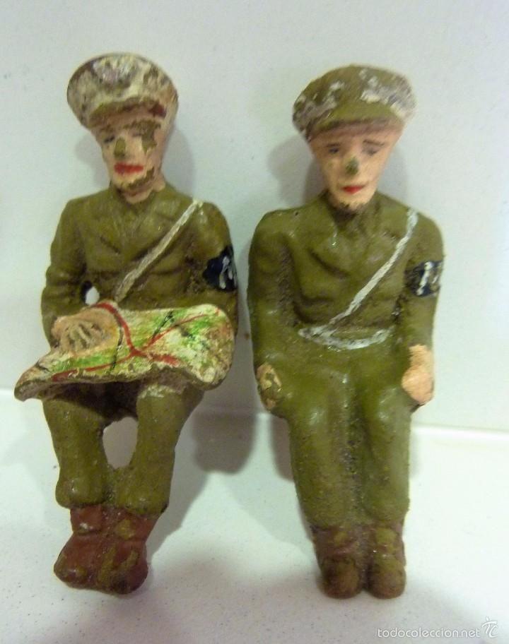 lote 2 antiguos soldado soldados policia militar mp con mapa , barro terracota sentados 6 cm años 50 - Foto 1