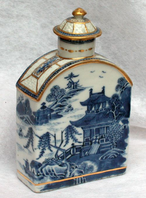 flask-shaped blue and white tea caddy, decorated with Chinese pagoda scene, gold accents, ceramic