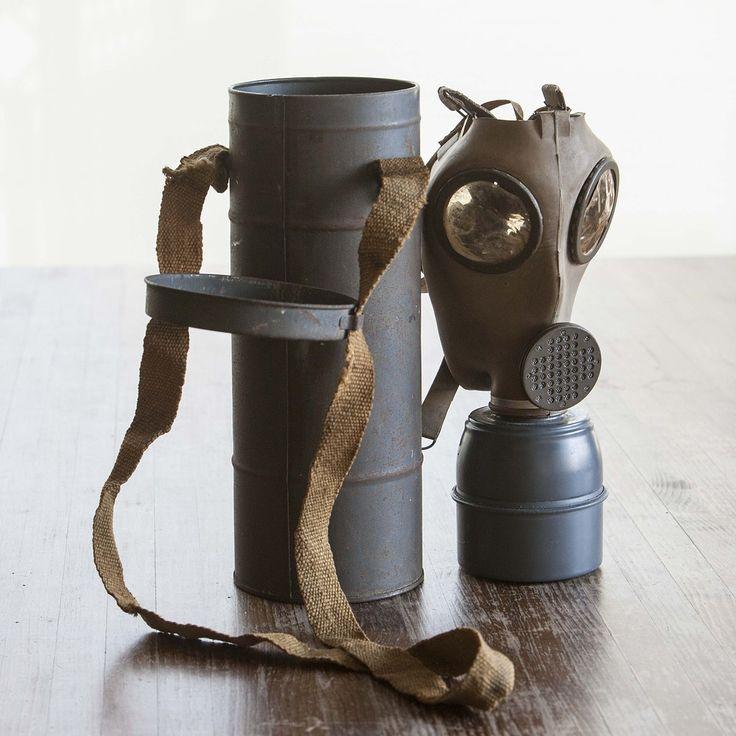 Antigua mascara antigas del ejercito frances, con filtro y con su bote metalico donde se guarda.Tamaño del bote: Altura 30'5 cm x 11'5 cm de diametro.