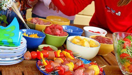 Når barnet kan begynne å spise vanlig mat (ca. 1 år) er det ingen grunn til lage egen barnemat. Da kan alle i familien samles over samme gryte. Slipp gjerne barna til i matlagingen. Det kan være morsomt og appetittvekkende. Og selv om tilberedningen kanskje tar lengre tid, flyr tiden desto raskere…Både barn og voksne trenger et sunt og variert kosthold. Og her har kjøtt sin naturlige plass, sammen med bl.a. fisk, brødmat, melkeprodukter, frukt og grønnsaker. Kjøtt inneholder mye jern og…