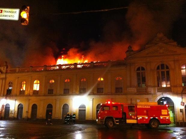 Incêndio de grandes proporções atinge prédio histórico do Mercado Público de Porto Alegre (RS) Foto: Maurício Tonetto / Terra