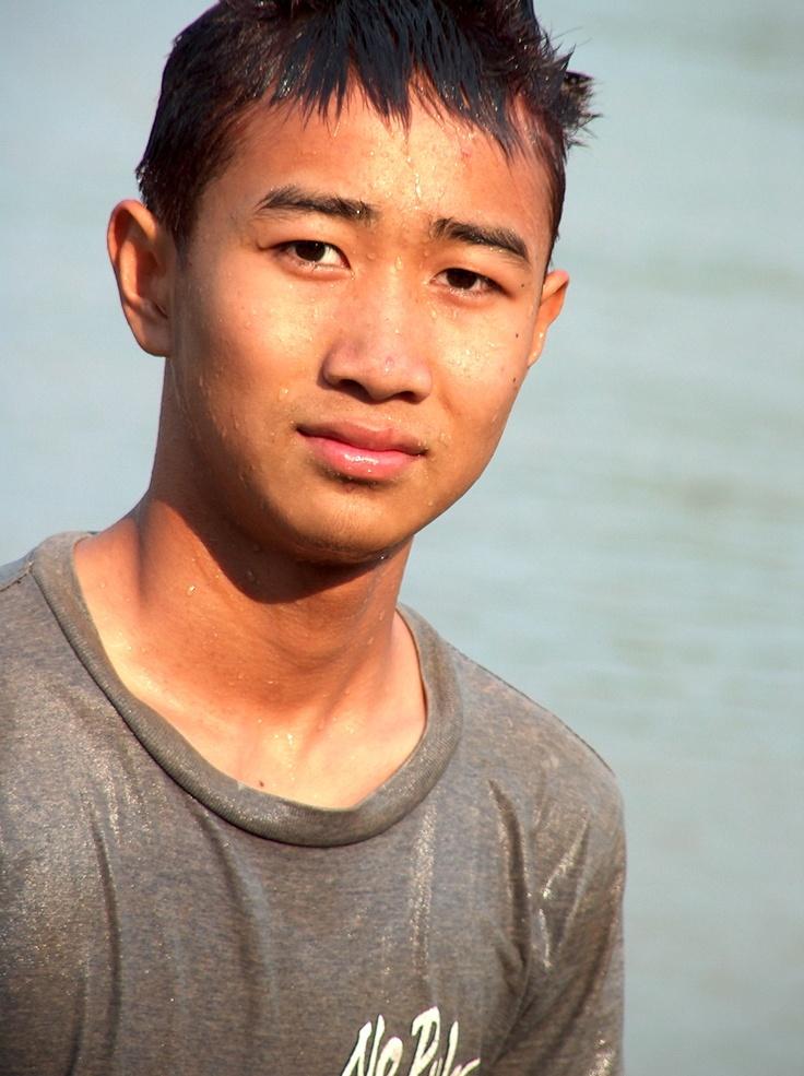 Des adolescents se baignent dans le Mékong à Chiang Rai dans le nord de la Thaïlande