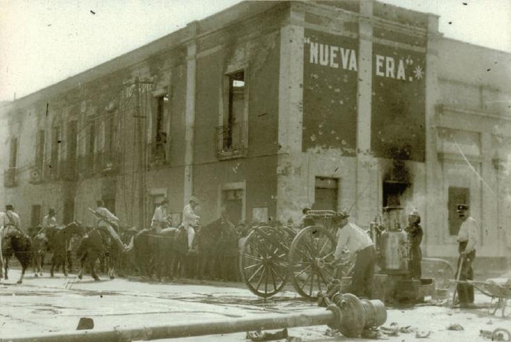 Esta postal nos muestra como quedo depues del bombardeo el edificio del periodico Nueva Era que estaba ubicado en la esquina de Balderas y Nuevo Mexico, hoy Balderas y Articulo 123