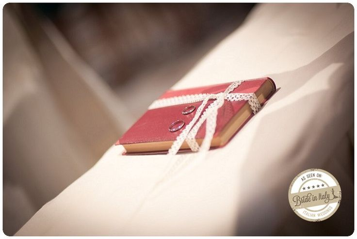 A book as a ring cushion: perfect, if you're planning a book themed wedding. Ph Infraordinario, http://www.brideinitaly.com/2013/01/real-wedding-crafty-chic-per-amanti.html #italianstyle #diy #wedding
