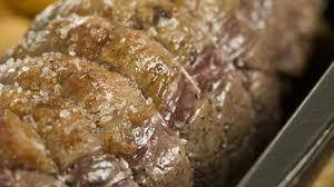 Aprende a preparar ternera asada con relleno con esta rica y fácil receta. Atar el trozo de lomo, sazonarlo con sal y pimienta, un poco de salvia y romero y untarlo...