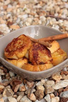 Pain perdu vegan ½ baguette coupée en tranche de 2 cm environ - 250mL de lait de soja adoucçi ou arôromatisé à la vanille - 1 càc d'arôme liquide de fleur d'oranger ou de vanille - 1 càc de cannelle en poudre (optionnel) - 2 càs de maïizena - 1 càs de sucre en poudre - 1 càs de margarine végétale - 1 càs de sucre pour saupoudrer à la fin