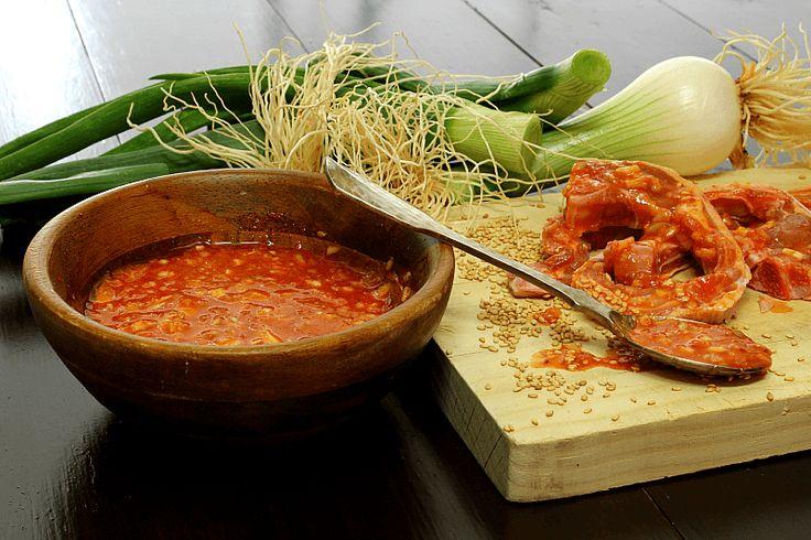 Salsa Bulgogi - El nombre de esta salsa viene de un plato típico de la gastronomía Coreana, que consiste en tiras de ternera marinada en una especie de salsa como la que podéis ver hoy aquí, cocinadas a fuego muy fuerte en parrilla, horno o sartén, y que va acompañada con vegetales y arroz. Existen también variantes elaboradas con pollo (dak bulgogi) y con cerdo (dweji bulgogi).Se trata de una salsa muy picante, que utilizándola para marinar carnes
