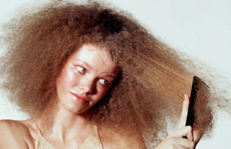 La humedad, la resequedad y la textura natural de tu pelo pueden hacer que tus rizos se vean más como un afro de los años 70 que como el look de Beyonce. E