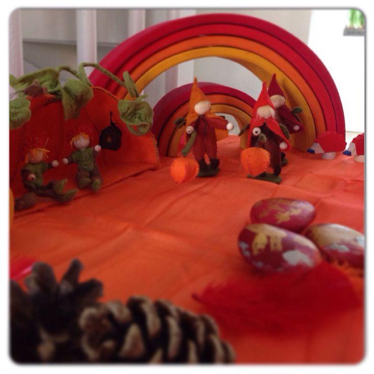 Seizoenstafel herfst met vilten pompoenhuisje & St Maarten lampionoptocht van Atelier Pippilotta + Grimms regenboog