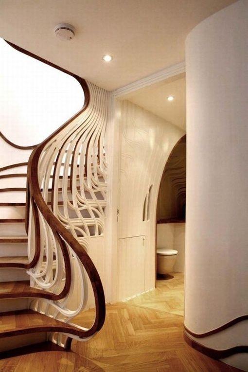 Projeto escadaria Gaudi-esque.  Rolo escadas em balaústre para um corrimão e, em seguida, até o desembarque acima.  por Christina carrera