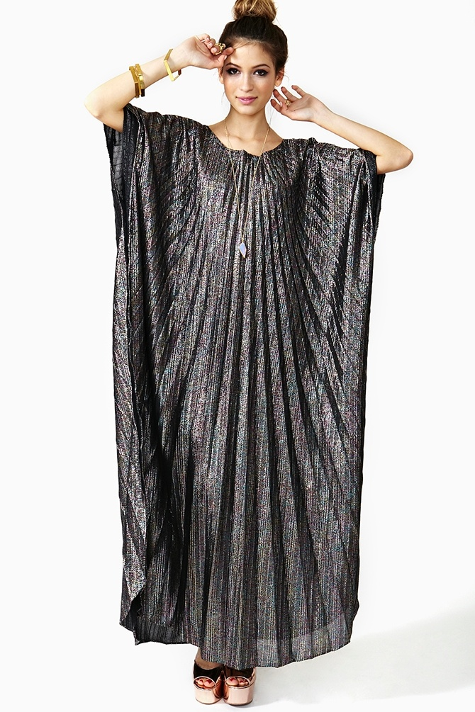 Caftan Looks  like what JLo kept trying to get into style because of twin pregnancy desperation!