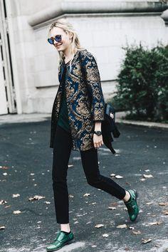 manteau jacquard bleu et or qui va à merveille avec son top et ses chaussures verts sapin.