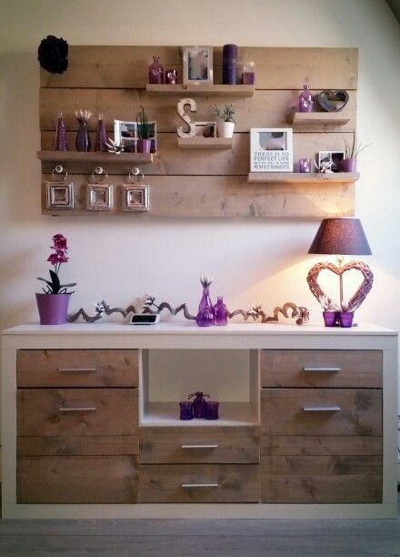 Een decoratief wandbord en lage kast / dressoir gemaakt van vergrijsd steigerhout.