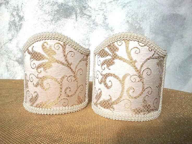 Couple of lampshades decorated with gorgeous lampas fabric with floreal patterns in gold relief, finished with Ivory precious trim. 62,00 €