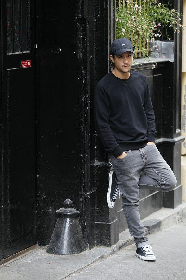 2- Nekfeu: Invariablement comparé à son grand frère américain, le rap français a parfois du mal à suivre côté style. Exception notable, Nekfeu manie avec assurance les codes street: blousons en cuir, casquettes sobres, sweatshirts, jeans étroits et t-shirts unis. En un mot comme en mille, il est le gendre idéal du game.