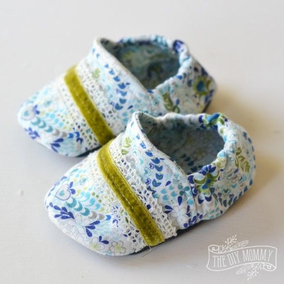 Free baby booties slippers video tutorial and pattern | The DIY Mommy