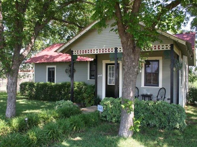Girls weekend waterfront cottage fredericksburg texas on for Texas cottage
