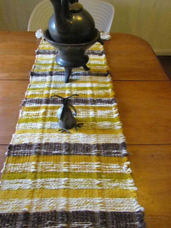 Camino de mesa tejido en telar